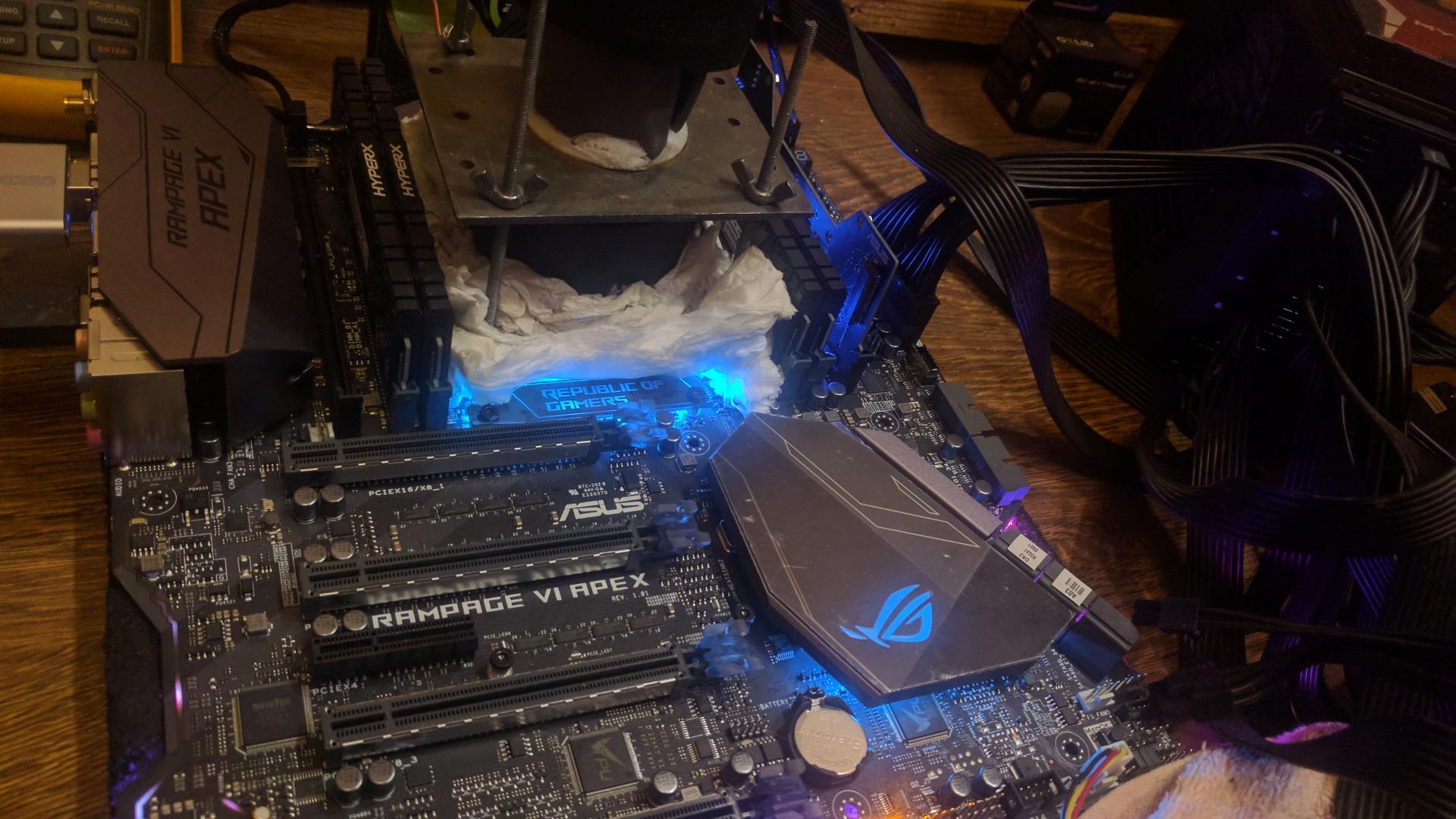ASUS ROG RAMPAGE VI APEX в паре с Core i9-7900X помогли Radeon R7 250 в рекордном разгоне